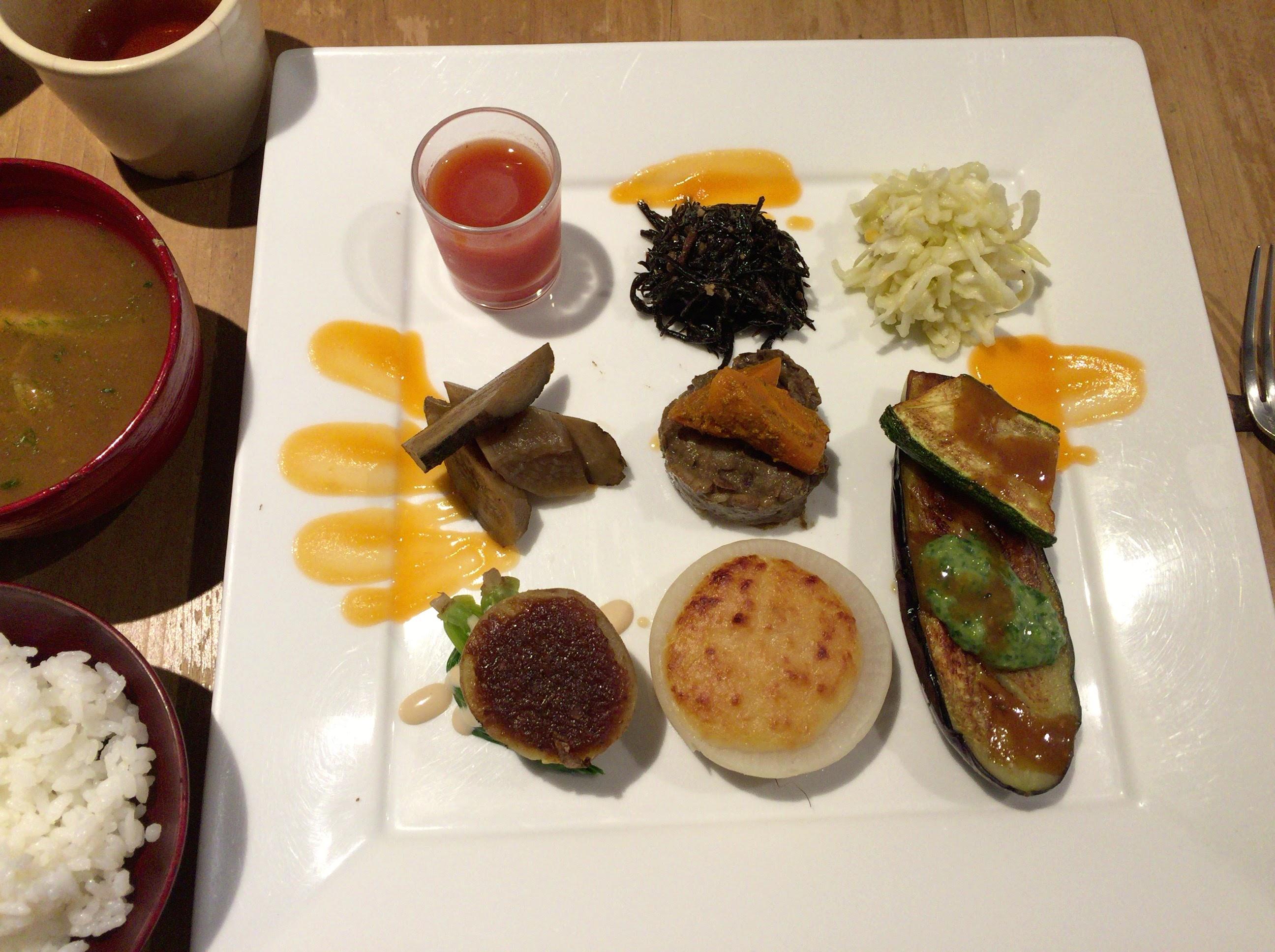 ナチュラルハーモニーの銀座にあるレストラン【日水土】で食べて来たけど、横浜の【カフェ&レストラン コア】のほうが好みでした。
