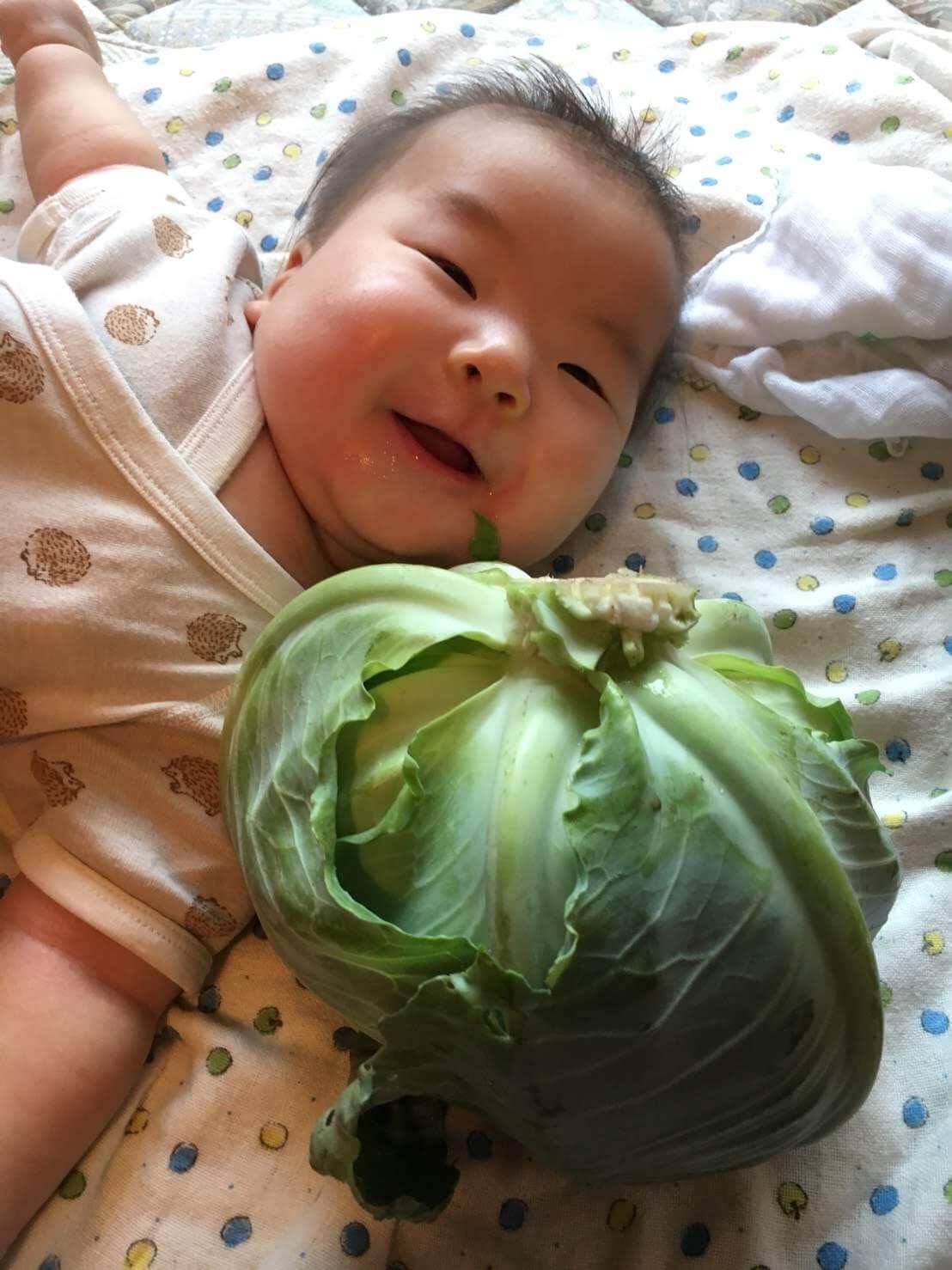 農家の英才教育^^ これで野菜嫌いになったらウケる〜♪